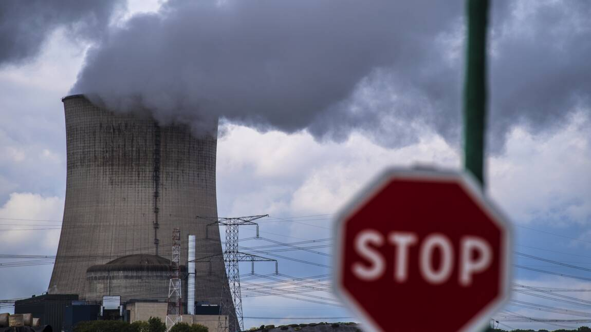 Nucléaire: Greenpeace défie EDF avec un tir de feu d'artifice à Cattenom
