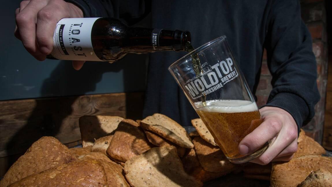 Pour combattre le gaspillage alimentaire, des Britanniques transforment le pain en bière