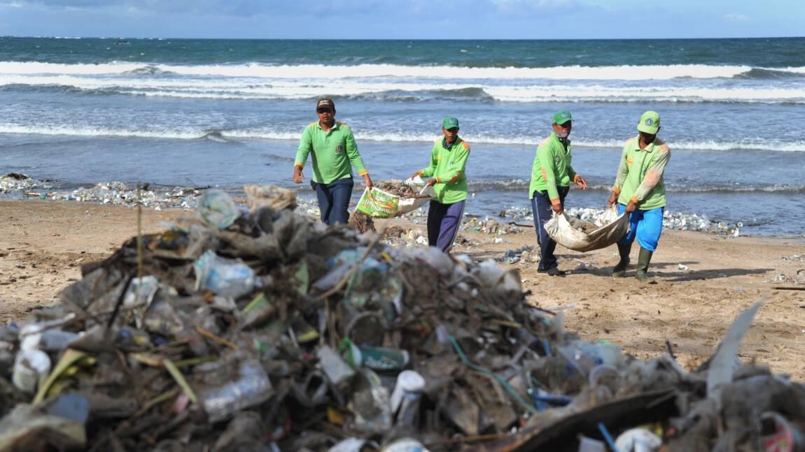 A Bali, un océan de déchets envahit les plages