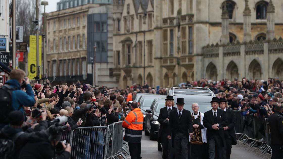 Des centaines de proches et d'anonymes font leurs adieux à Stephen Hawking