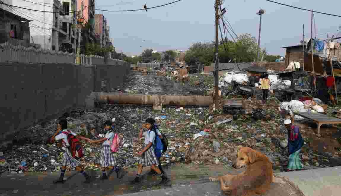 Dans un bidonville de Delhi, un océan de plastique