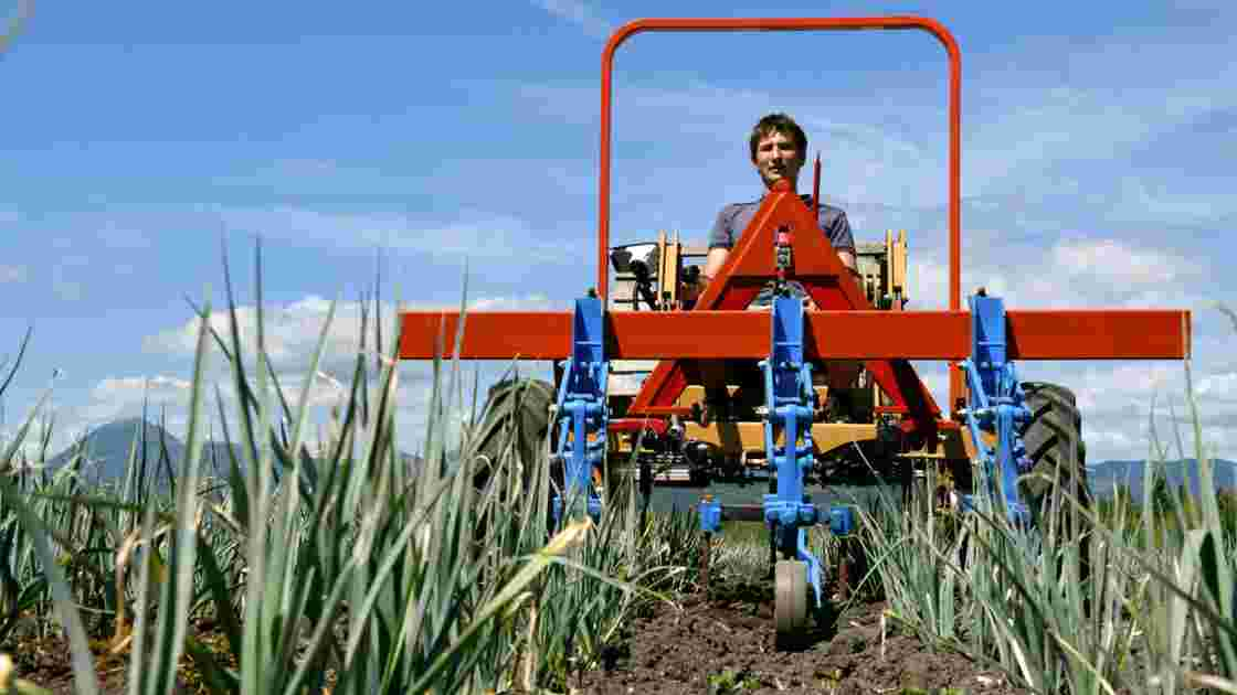 """En Auvergne, un agriculteur """"Géo Trouvetou"""" invente le tracteur de demain"""