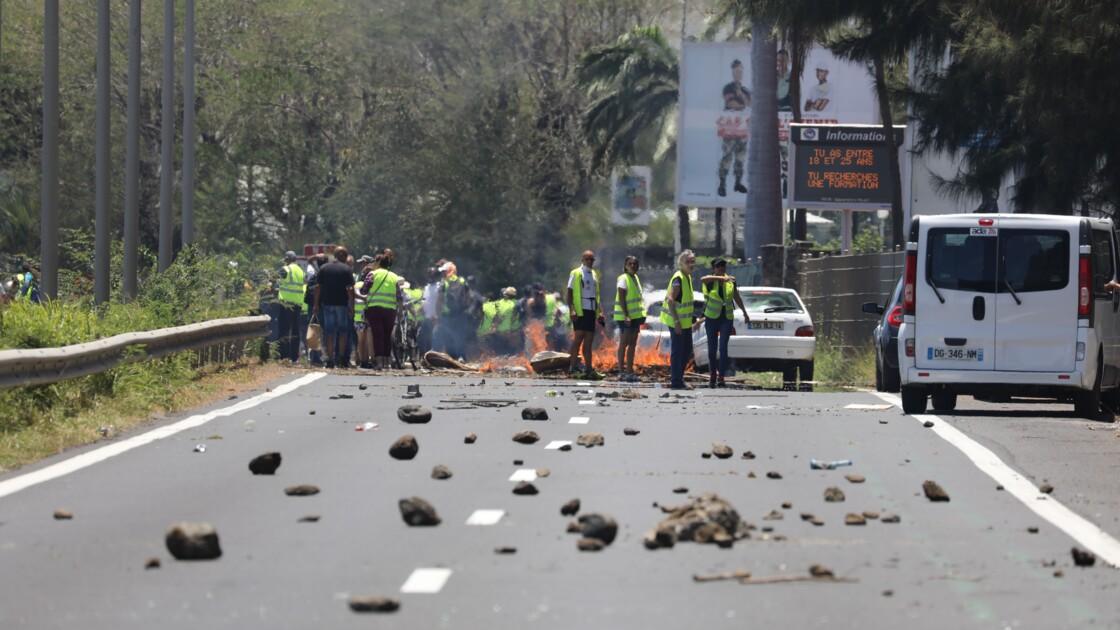 """Les """"gilets jaunes"""" ciblent autoroutes et dépôts de carburant, fermeté des autorités"""