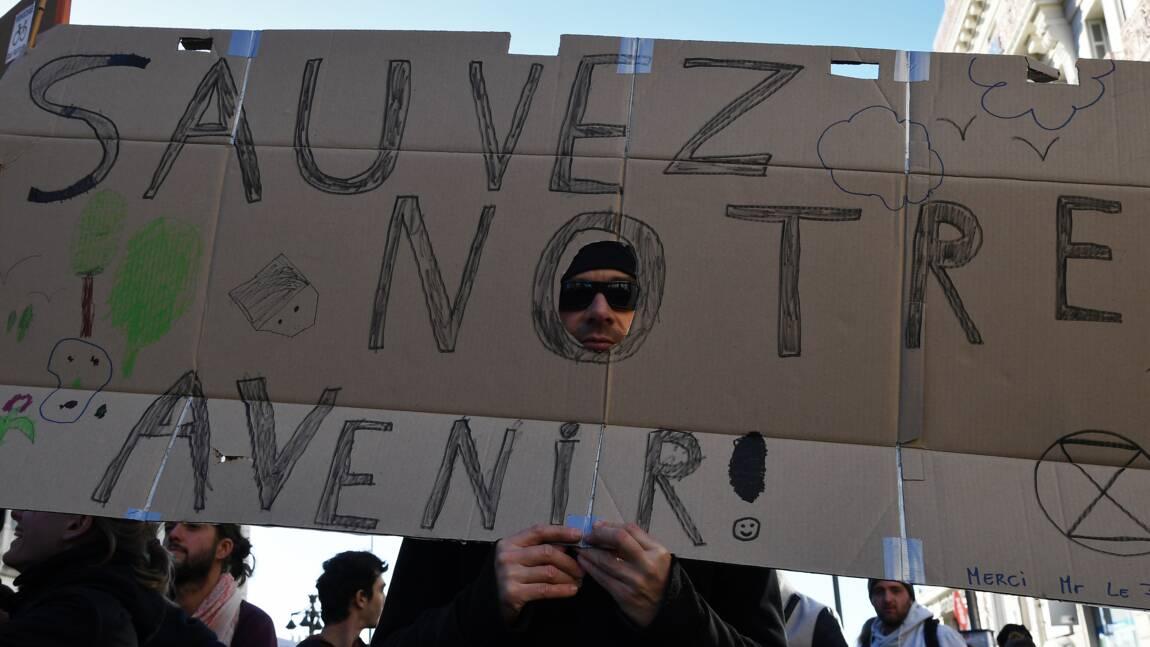"""Pour le climat, des milliers de manifestants dont des """"gilets jaunes"""""""