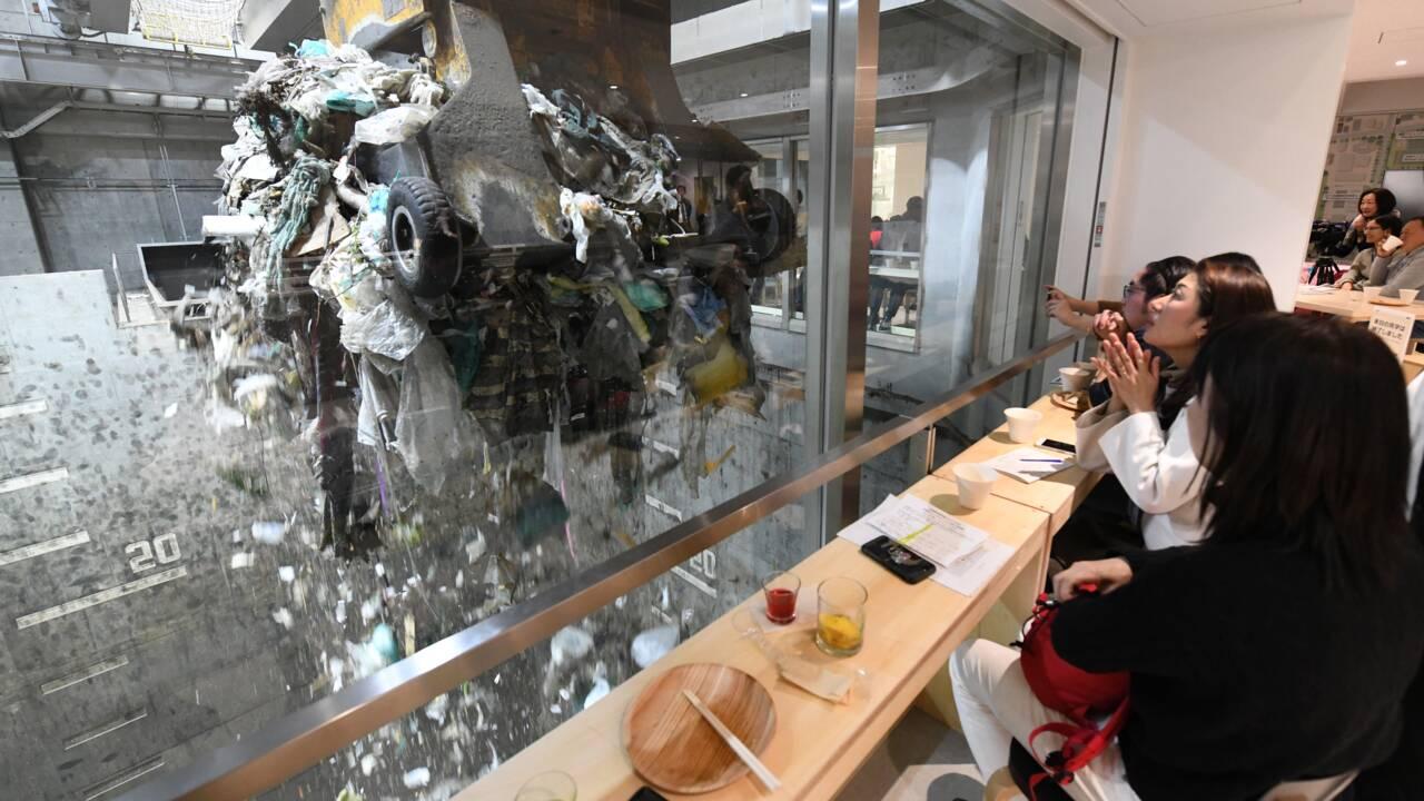Envie de prendre un verre en regardant des ordures ? Découvrez le bar éphémère qui fait fureur au Japon