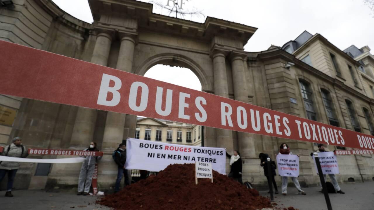 """Des """"boues rouges"""" de l'usine Alteo devant le ministère de l'Ecologie"""