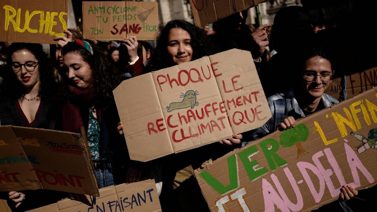 Climat: un millier de jeunes défilent à Paris derrière Greta Thunberg