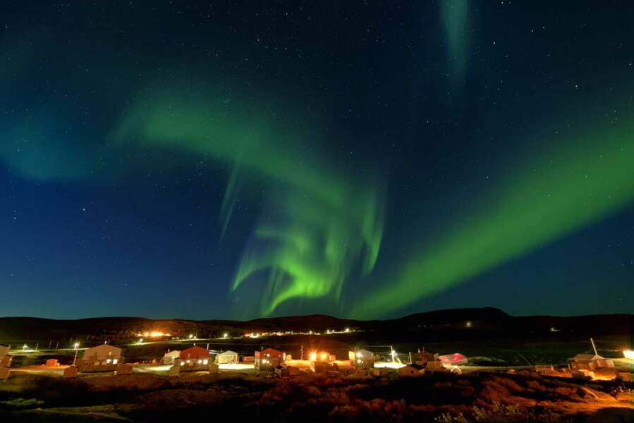 Dans la baie d'Ungava, le ballet des aurores boréales enflamme les ténèbres