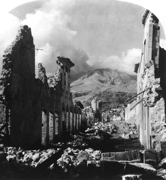 En 1902, une éruption volcanique dévaste la ville de Saint-Pierre