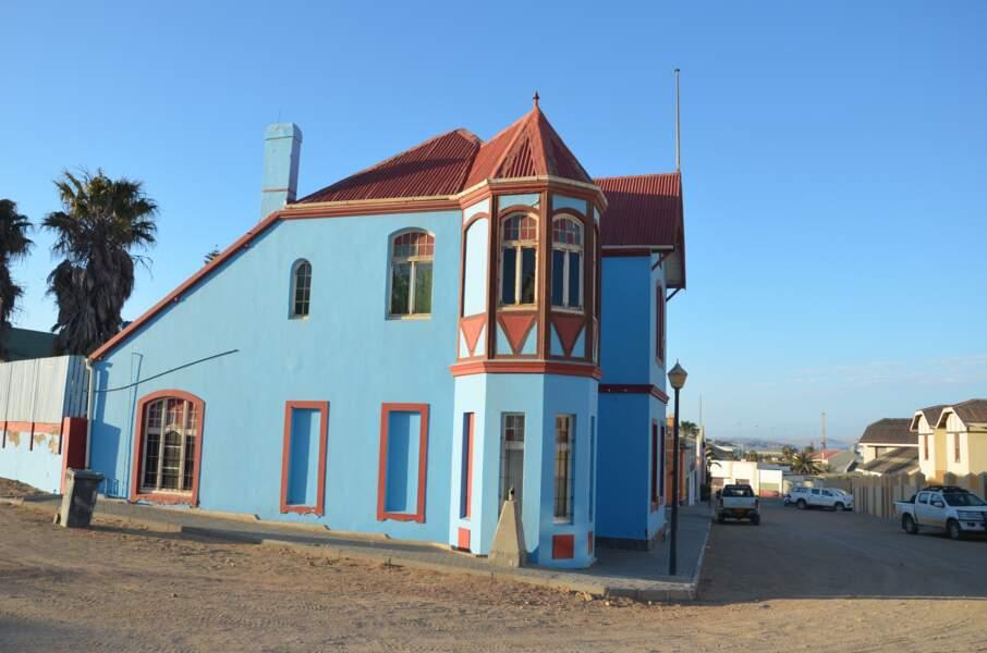 C'est une maison bleue adossée à la montagne…