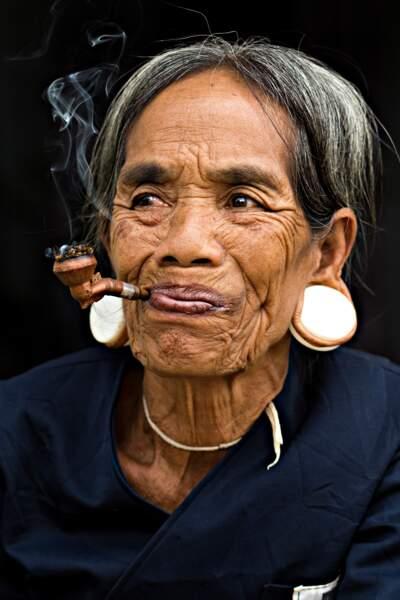 Fumer la pipe avec les membres de l'ethnie Brau