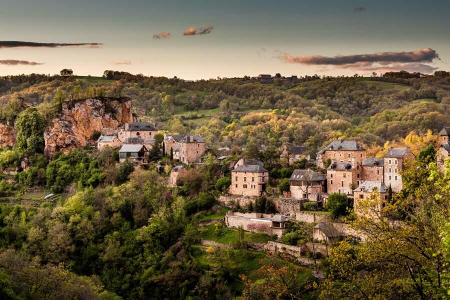A flanc de falaise, le village de Rodelle (Aveyron)