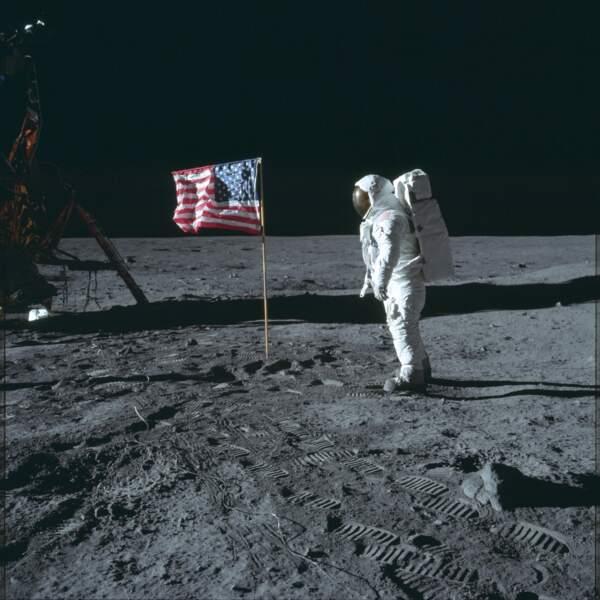 Des empreintes et un drapeau