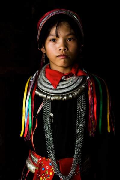 Les membres de l'ethnie Dao fabriquent encore leurs costumes à la main