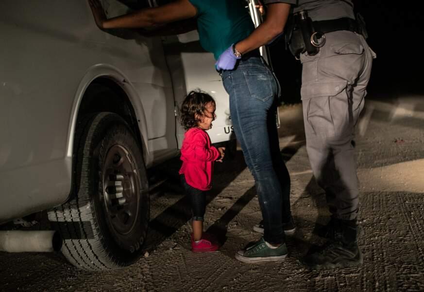"""Une fillette hondurienne & sa mère contrôlées à la frontière texane, le 12 juin 2018 – Catégorie """"photo de l'année"""""""