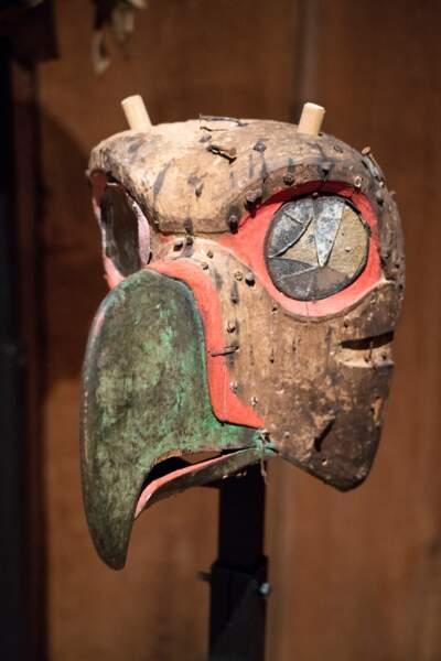 Le masque de l'oiseau duveteux surnaturel