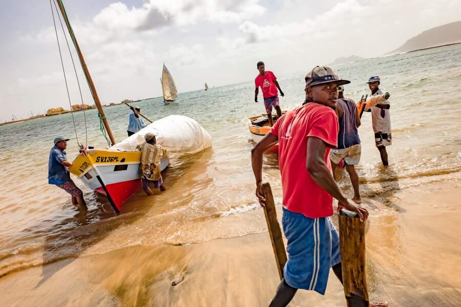 Pêcheurs et frêles esquifs bravent une mer irascible