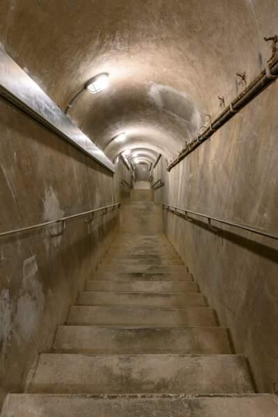 99 marches pour accéder à cet ancien abri de défense passive