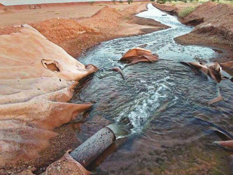 L'eau contaminée est déversée dans la nature