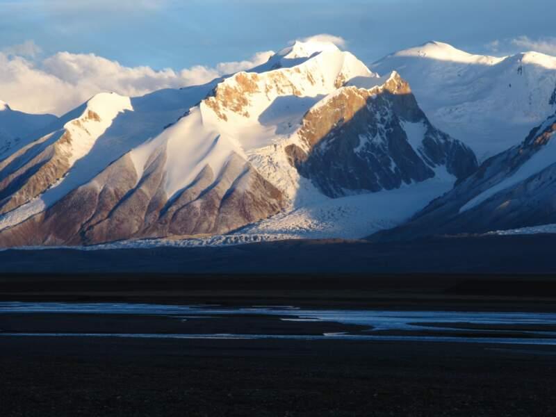 Les montagnes et steppes de Qinghai Hoh Xil, en Chine
