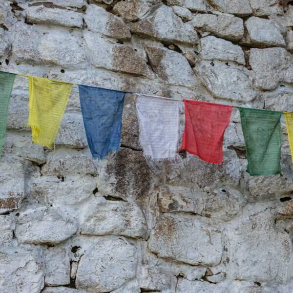 Drapeaux de prière sur une façade du monastère de Kambiin Khiid