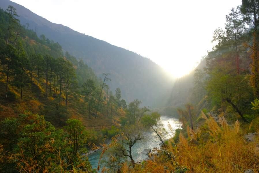 L'aube se lève le long de la rivière Karnali