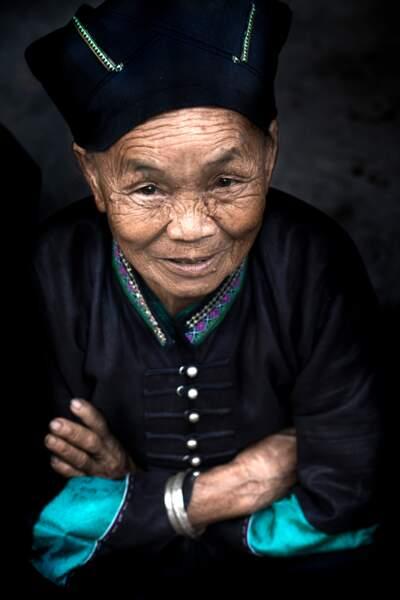 Les membres de l'ethnie Nung font leur marché en costume