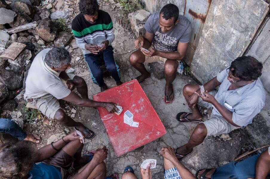 Des joueurs d'une version locale du rami, à Poudre d'Or