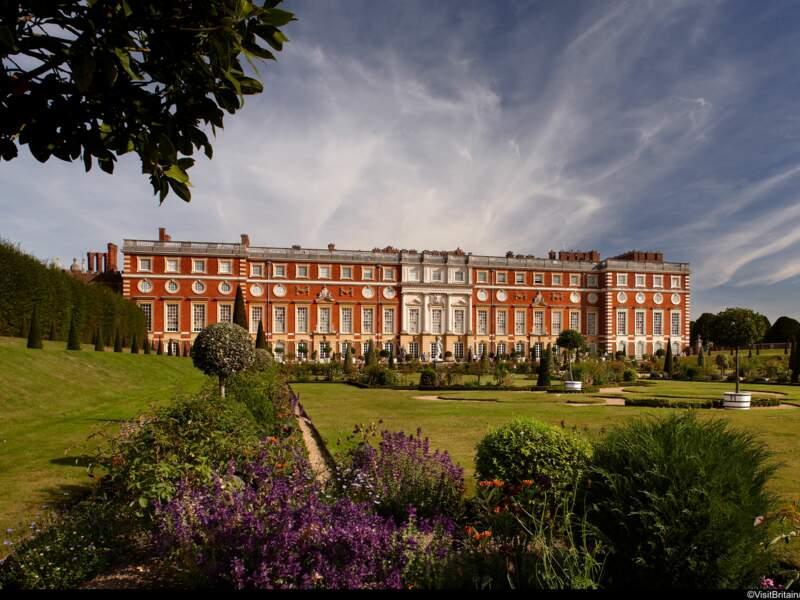 HamptonCourt Le château deHampton Courtest un château situé dans le district de Richmond upon Thames, sur la rive
