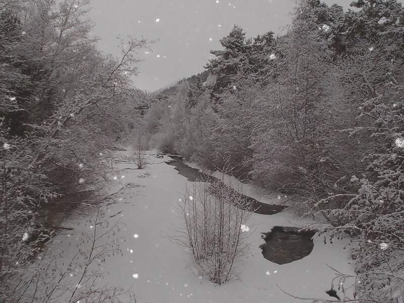 Rivière enneigée, dans les Alpes de Haute-Provence en France, par Domi Colombani / Communauté GEO