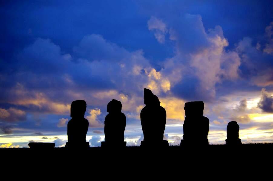 Moaï, colosses de pierre au crépuscule
