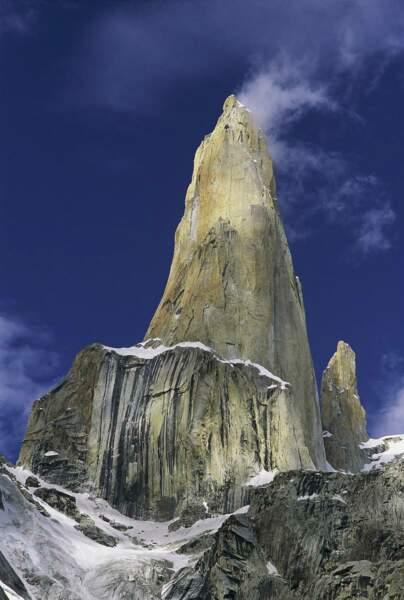 Au Pakistan, la Tour de Trango s'élève de 1000 m au-dessus des glaciers du Karakoram et culmine à 6 240 m