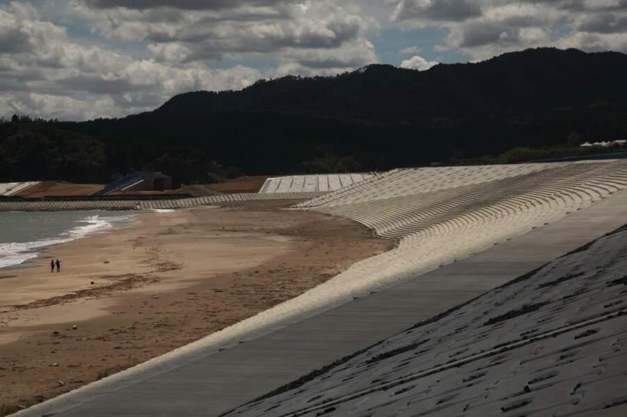 Les grandes digues anti-tsunami sur la plage de Koizomi