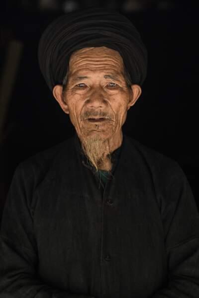 Un fabricant de pipe en bois de l'ethnie La Chi