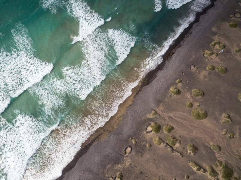 Sur Lanzarote, de sublimes plages de sable et galets volcaniques