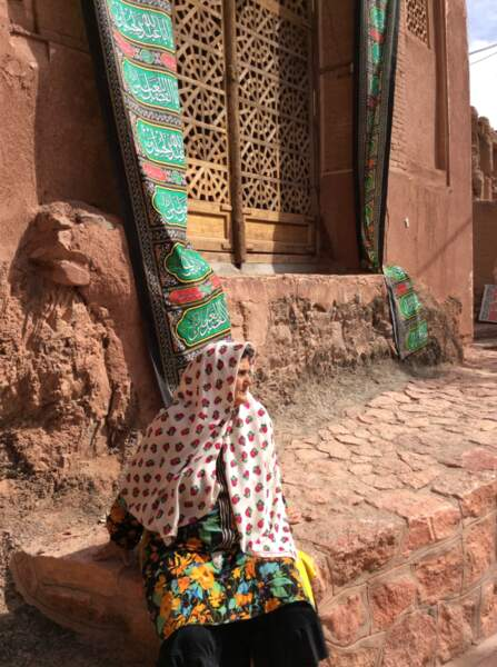 Habitante du village d'Abyaneh en tenue traditionnelle