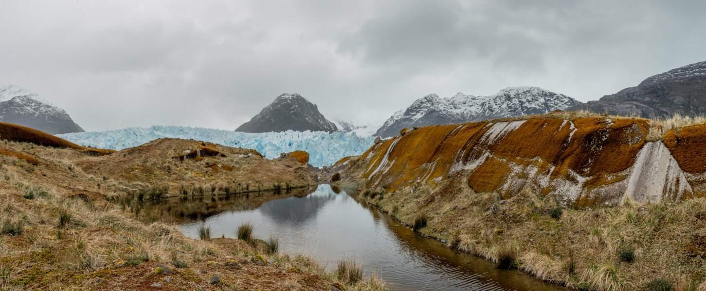 Le glacier aux pointes gothiques et aux tourelles mutilées