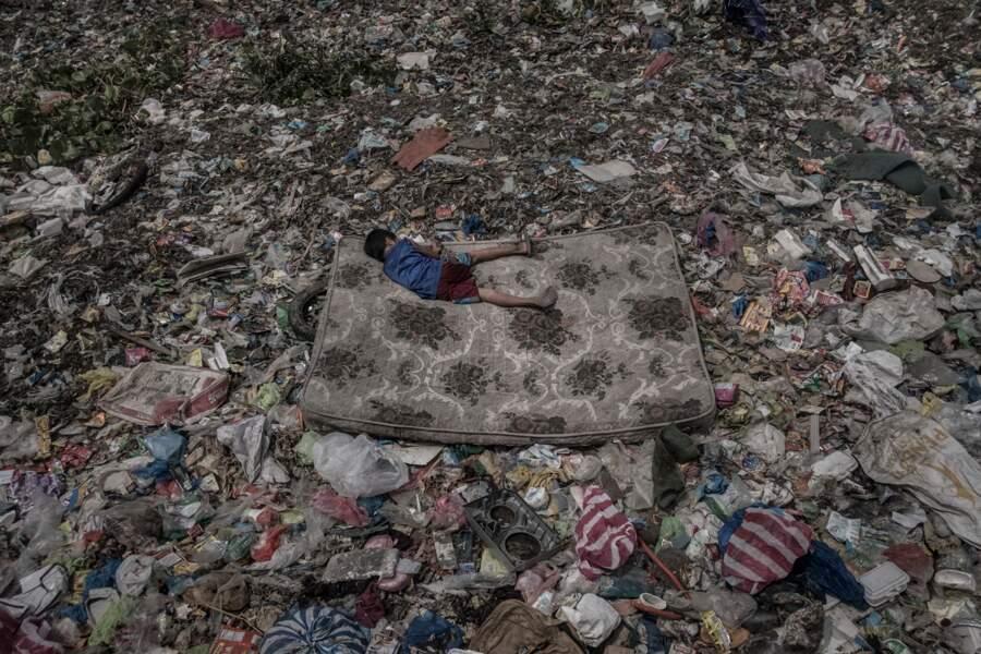 """A Manille, aux Philippines, ce jeune garçon collecte des matériaux recyclables – Catégorie """"environnement"""""""