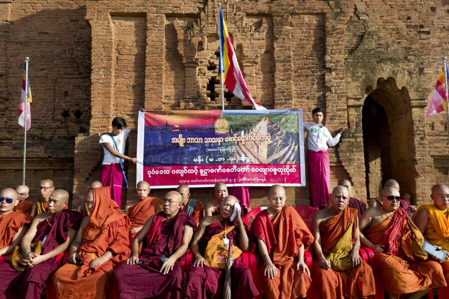 Le moine Wirathu et ses disciples