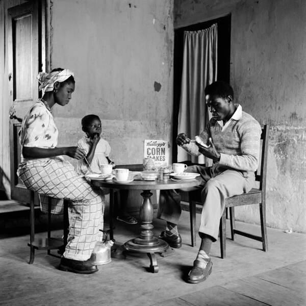 Le boxeur Roy Ankrah et sa famille à Accra, au Ghana, en 1952
