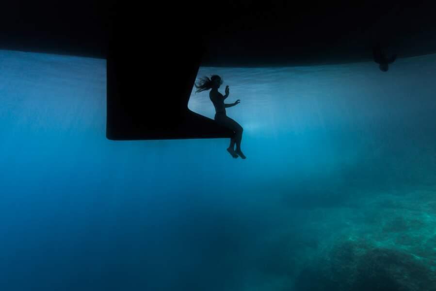 Sous un bateau