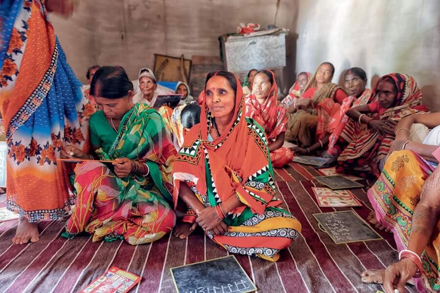 Inde, 2017 : des femmes d'un village de l'État du Jarkhand apprennent à lire