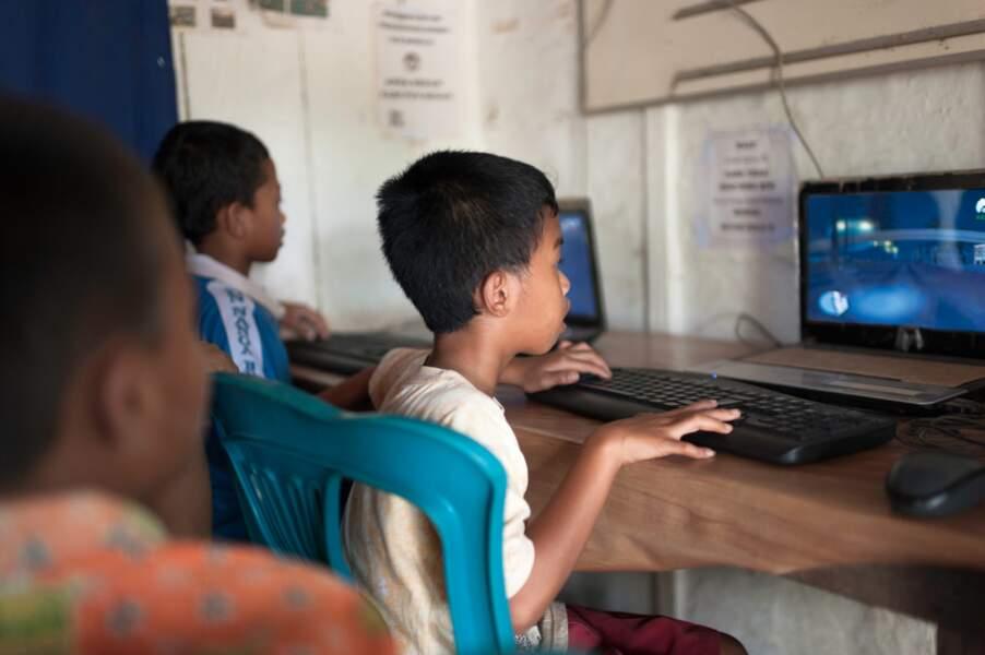 Enfants sur l'ordinateur