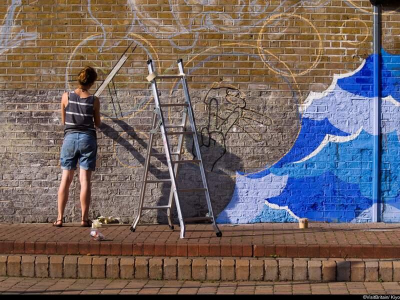 Femme réalisant une fresque murale. Dunston Road, Quartiers Est de Londres