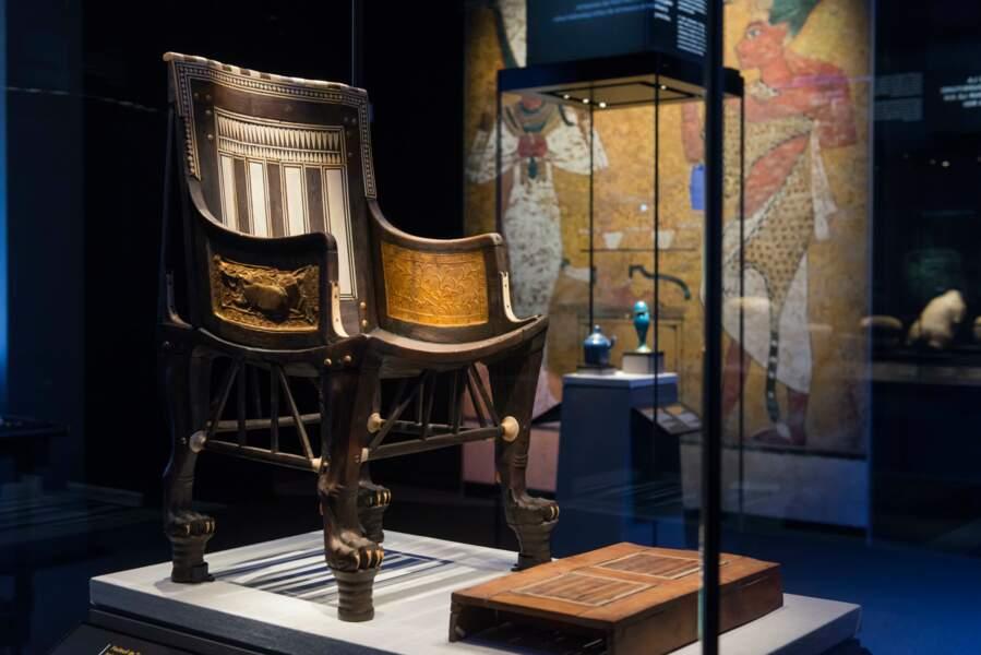 Fauteuil de Toutankhamon en bois incrusté d'ébène et d'ivoire