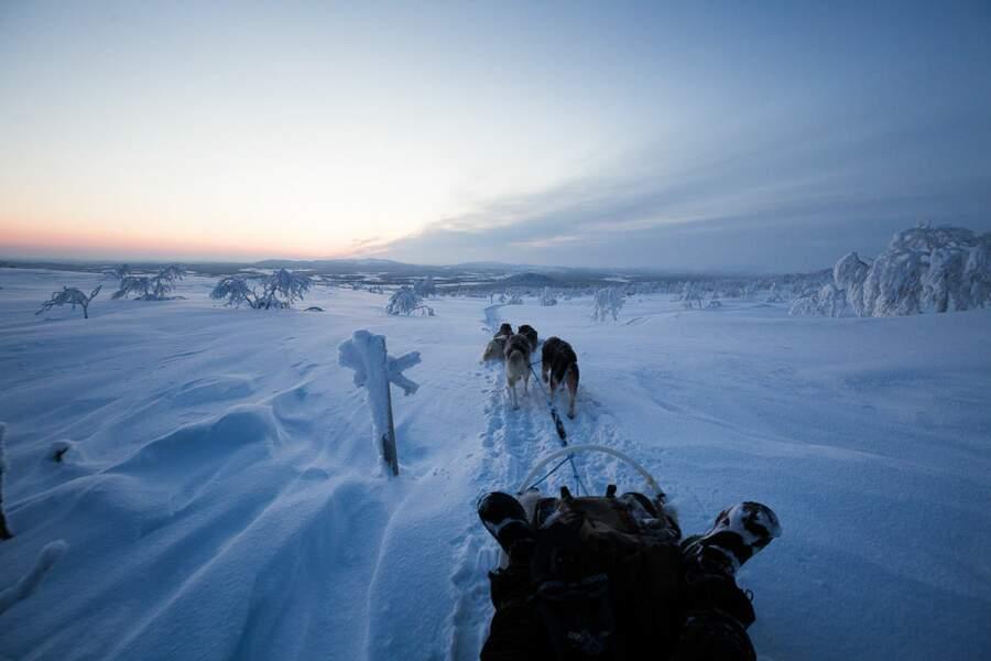 Des balises en bois indiquant le chemin permettent aux visiteurs de ne pas s'égarer en hiver