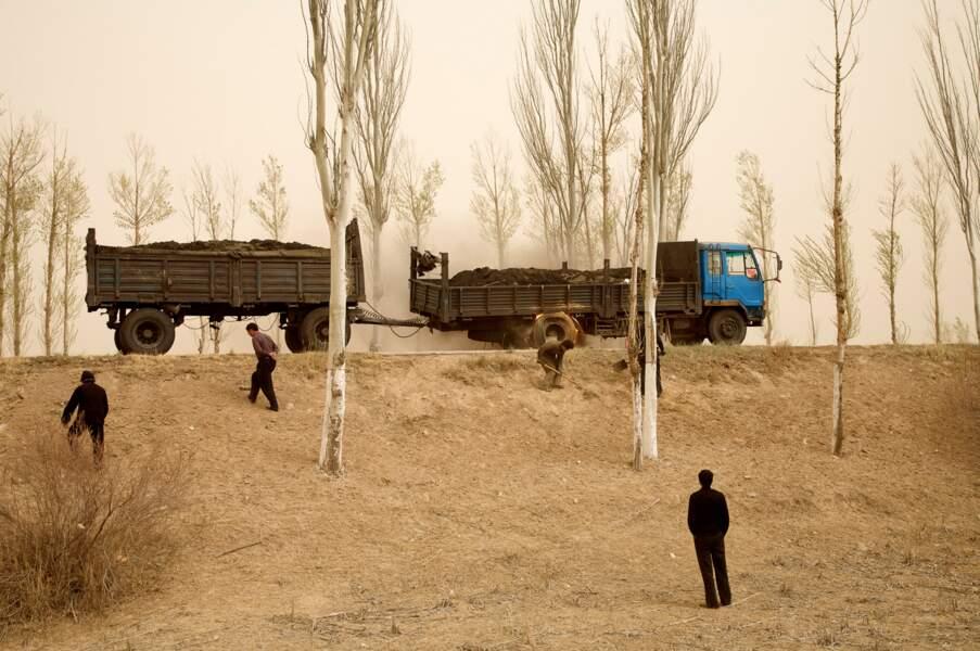 """Tempête de sable et camion en feu, série sur le """"dust bowl"""" chinois, 2006-07"""
