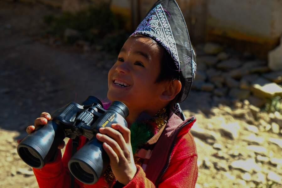 Jeune Népalais fasciné par la découverte des jumelles