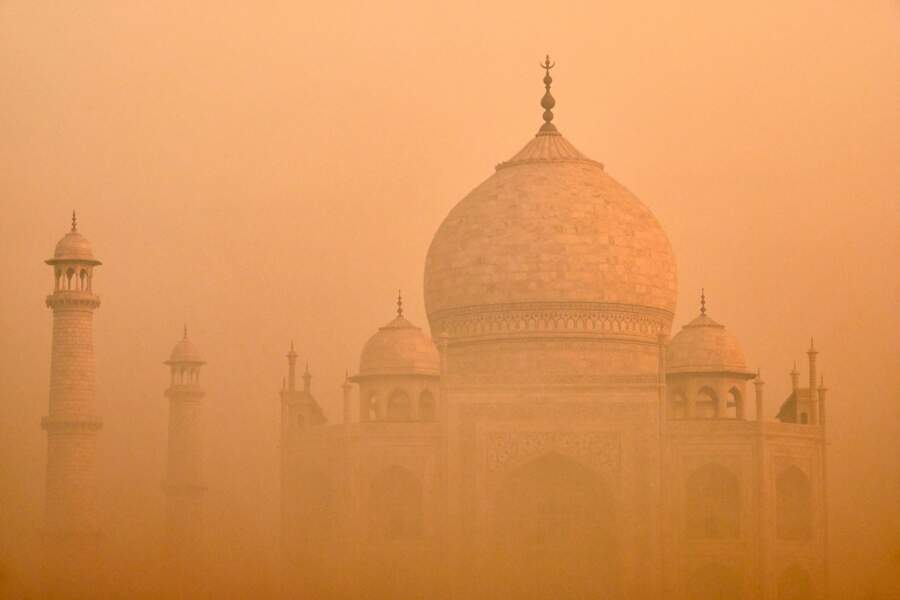 Le Taj Mahal dans la brume