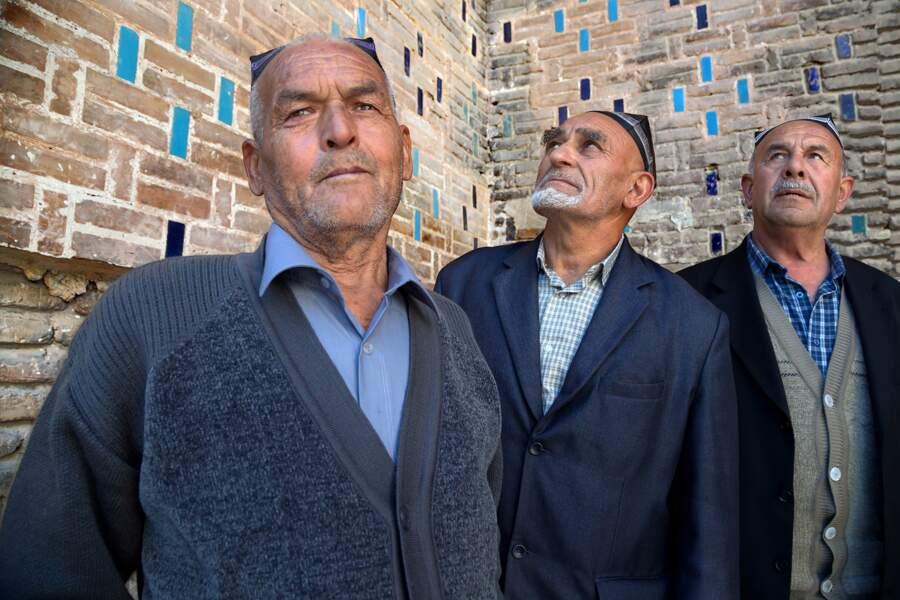 Des visiteurs en provenance d'Andijan posent à l'intérieur de la mosquée Bibi Khanoum à Samarcande, en Ouzbékistan